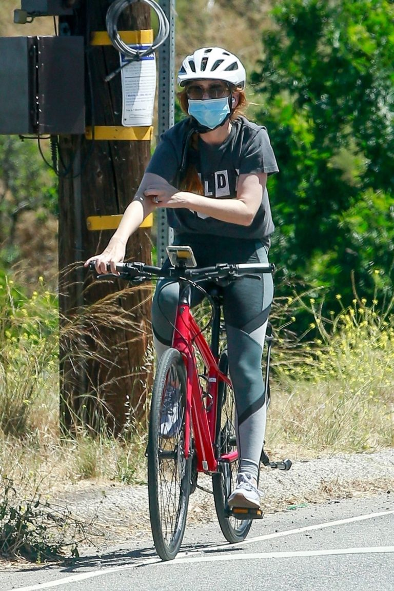 Isla Fisher Riding her Bike Out in Los Angeles 2020/06/07 4