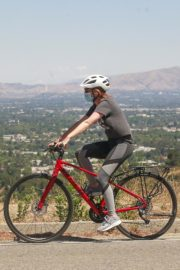 Isla Fisher Riding her Bike Out in Los Angeles 2020/06/07 5