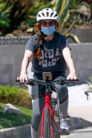 Isla Fisher Riding her Bike Out in Los Angeles 2020/06/07 9