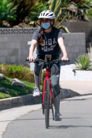 Isla Fisher Riding her Bike Out in Los Angeles 2020/06/07 10