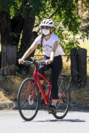 Isla Fisher Riding Her Bike Out in Los Angeles 2020/06/08 1