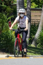 Isla Fisher Riding Her Bike Out in Los Angeles 2020/06/08 2