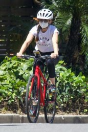 Isla Fisher Riding Her Bike Out in Los Angeles 2020/06/08 3