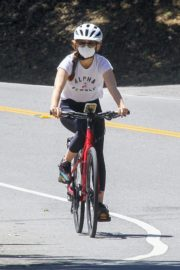 Isla Fisher Riding Her Bike Out in Los Angeles 2020/06/08 4