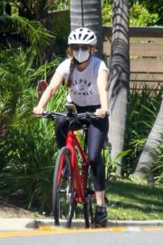 Isla Fisher Riding Her Bike Out in Los Angeles 2020/06/08 5