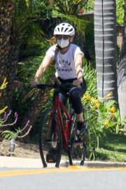 Isla Fisher Riding Her Bike Out in Los Angeles 2020/06/08 10