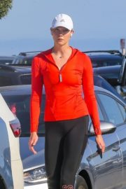 Karlie Kloss Out Hiking at a Beach in Malibu 2020/06/12 3