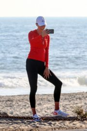 Karlie Kloss Out Hiking at a Beach in Malibu 2020/06/12 4