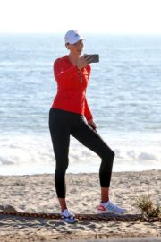Karlie Kloss Out Hiking at a Beach in Malibu 2020/06/12 7