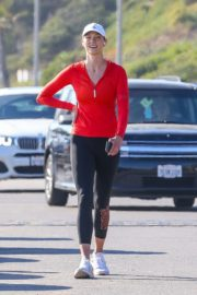 Karlie Kloss Out Hiking at a Beach in Malibu 2020/06/12 8