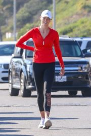 Karlie Kloss Out Hiking at a Beach in Malibu 2020/06/12 12