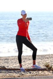 Karlie Kloss Out Hiking at a Beach in Malibu 2020/06/12 13