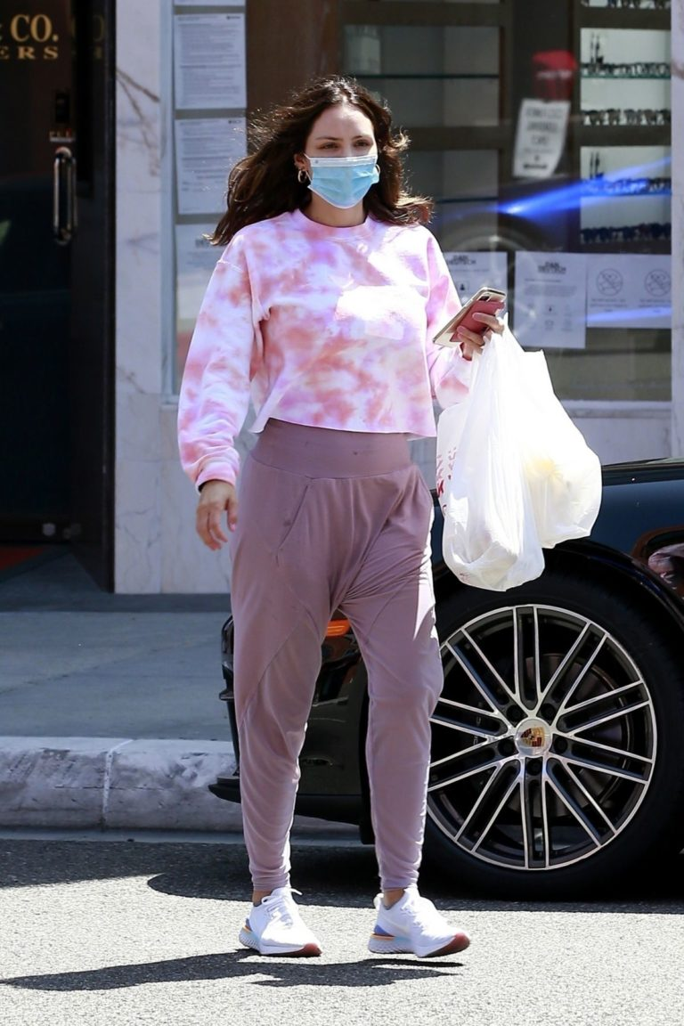 Katharine McPhee Picking Up Takeout in Beverly Hills 2020/06/21 1