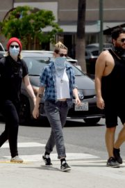 Kristen Stewart goes to Join Black Lives Matter Protest in Hollywood 2020/06/02 3
