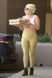 Lady Gaga in Tights Picking Up Food in Malibu 2020/06/14 11
