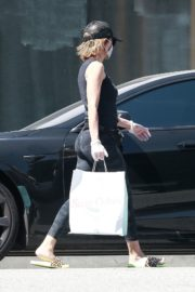 Lisa Rinna Wearing a Mask Out in Los Angeles 2020/06/13 2