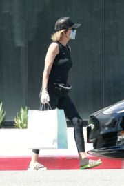 Lisa Rinna Wearing a Mask Out in Los Angeles 2020/06/13 3