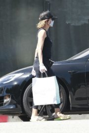 Lisa Rinna Wearing a Mask Out in Los Angeles 2020/06/13 4