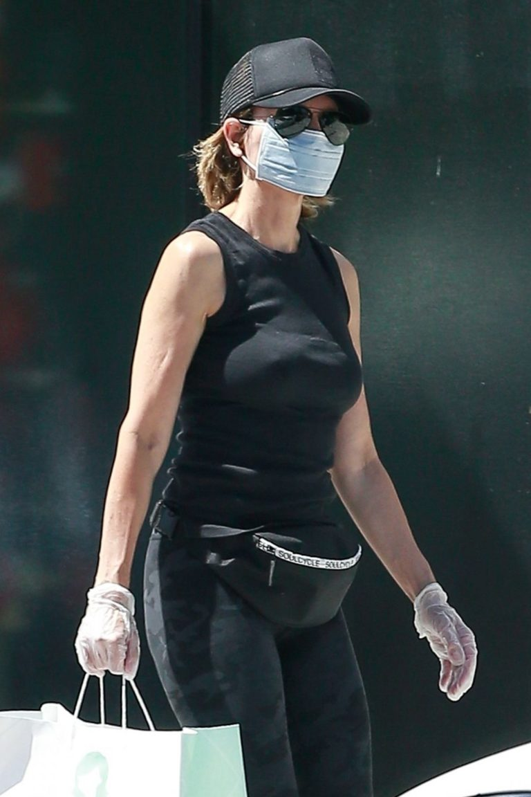 Lisa Rinna Wearing a Mask Out in Los Angeles 2020/06/13 11