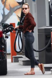 Mia Goth at a Gas Station in Los Angeles 2020/06/08 3