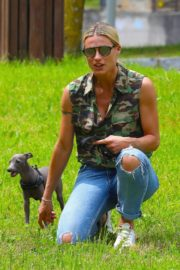 Michelle Hunziker Out with her Dogs in a Park in Bergamo 2020/06/02 12