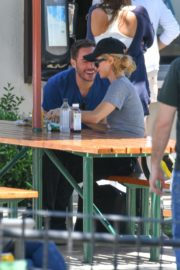 Paris Hilton and Carter Reum Out for Lunch in Malibu 2020/06/07 7