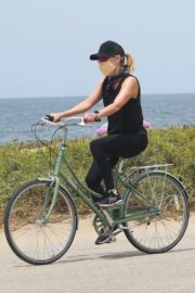 Reese Witherspoon Out Riding a Bike in Malibu 2020/05/31 1