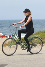 Reese Witherspoon Out Riding a Bike in Malibu 2020/05/31 3