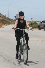 Reese Witherspoon Out Riding a Bike in Malibu 2020/05/31 4