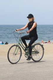Reese Witherspoon Out Riding a Bike in Malibu 2020/05/31 5