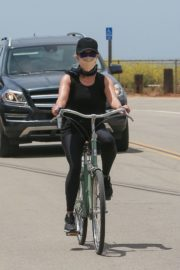 Reese Witherspoon Out Riding a Bike in Malibu 2020/05/31 6