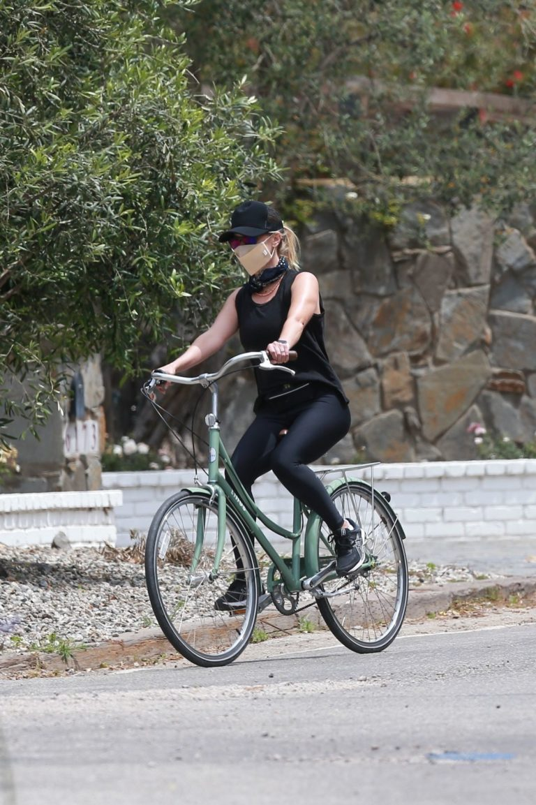Reese Witherspoon Out Riding a Bike in Malibu 2020/06/12 1