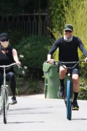 Reese Witherspoon Out Riding a Bike in Malibu 2020/06/12 3