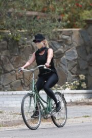 Reese Witherspoon Out Riding a Bike in Malibu 2020/06/12 5