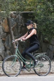 Reese Witherspoon Out Riding a Bike in Malibu 2020/06/12 6