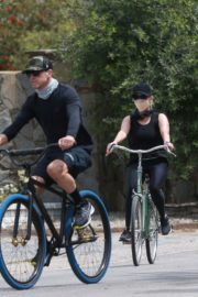 Reese Witherspoon Out Riding a Bike in Malibu 2020/06/12 9