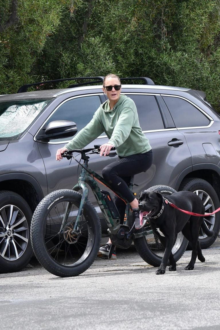 Robin Wright Enjoy Riding a Bike with her husband Clement Giraudet in Brentwood 2020/06/02 1