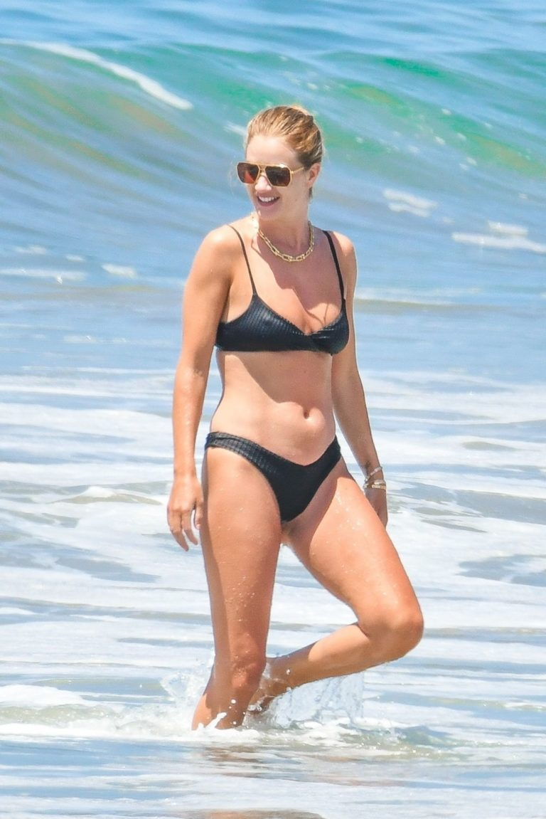Rosie Huntington-Whiteley in Bikini at a Beach in Malibu 2020/06/14 16