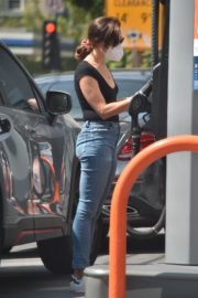 Aubrey Plaza in Denim at a Gas Station in Los Angeles 2020/09/20 8