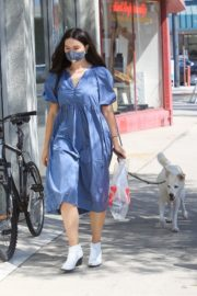Crystal Reed Out with Her Dog in Los Angeles 2020/09/22 3