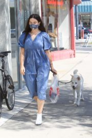 Crystal Reed Out with Her Dog in Los Angeles 2020/09/22 6
