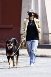 Emily Ratajkowski Out with Her Dog in New York 2020/09/18 4