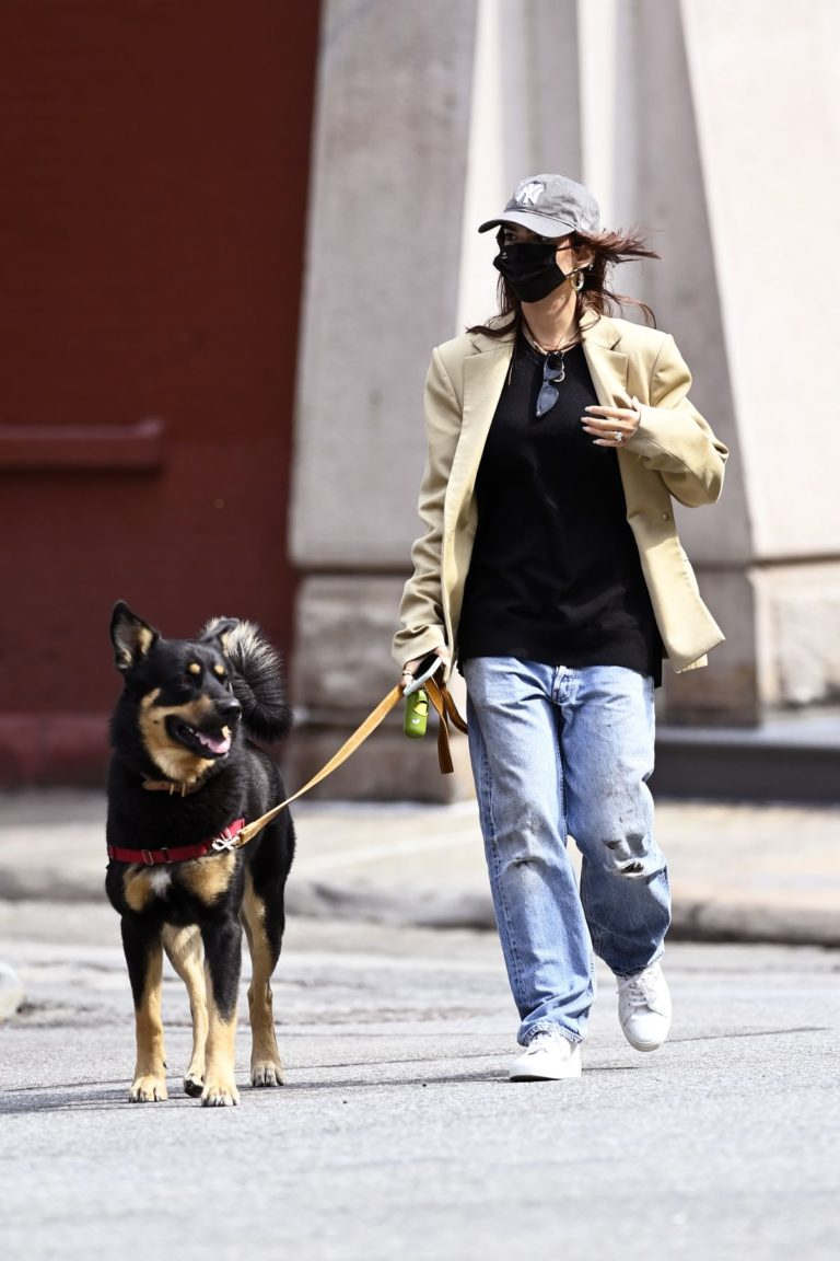 Emily Ratajkowski Out with Her Dog in New York 2020/09/18 7
