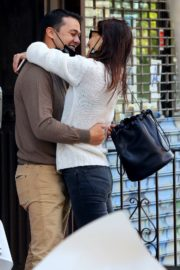 Katie Holmes and Emilio Vitolo Jr. Kissing Outside His Restaurant in New York 2020/09/18 2