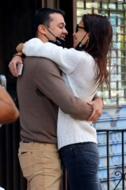 Katie Holmes and Emilio Vitolo Jr. Kissing Outside His Restaurant in New York 2020/09/18 8
