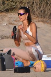Alessandra Ambrosio Playing Volleyball at a Beach in Santa Monica 2020/10/02 4