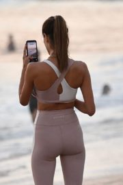 Alessandra Ambrosio Playing Volleyball at a Beach in Santa Monica 2020/10/02 10