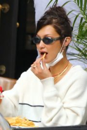 Bella Hadid eating french fries at Three Guys in New York 2020/09/24 1