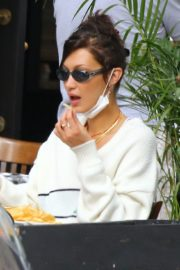Bella Hadid eating french fries at Three Guys in New York 2020/09/24 2