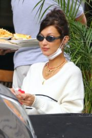 Bella Hadid eating french fries at Three Guys in New York 2020/09/24 3